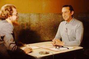 4 avril 1973 : interview du général Roberto Viaux par Miguel Herberg à la prison de Santiago (Photo de Peter Hellmich avec le Nikon F de Miguel Herberg). Camera : Peter Hellmich. Interview et son : Miguel Herberg). Image et son ont été déposés en 2010 par Miguel Herberg à la Filmoteca Nacional de España.