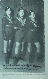 Les trois enfants Di Girólamo en uniforme de Balillas Moschettieri. En 1948, Vittorio, Paulo et Claudio suivront leurs parents au Chili. Source photo : illustration de l'ouvrage de Vittorio Di Girólamo, Hijo de la Loba. Mis recuerdos del fascismo (1990).