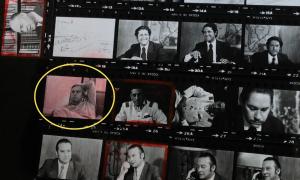 """Peter Hellmich pris en photo par Miguel Herberg (photo entourée en jaune). Sur la même planche contact, on reconnaît Onofre Jarpa (en haut à gauche), Julio Bazán (les 3 photos en haut) , le général Cano,  Pablo Rodriguez (Patria y Libertad) et en bas Francisco """"Gabito"""" Hernández (sorte de Philippe Henriot de la junte, sur Radio Agricultura)... Herberg avait déjà interviewé Jarpa, Bazán, Rodriguez et Hernandez en 1973, mais cette planche contact correspond à des interviews de février 1974.  On retrouve des extraits d'une partie de ces interviews – que Walter Heynowsky et Gerhard Scheumann s'attribuent généreusement – dispersés dans les films du Studio H&S."""