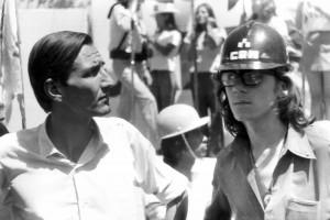 Février 1973, Juan Luis Ossa Bulnes avec un membre du Comando Rolando Matus (CRM), force de choc du parti, à un meeting du Parti national. Photo Miguel Herberg.