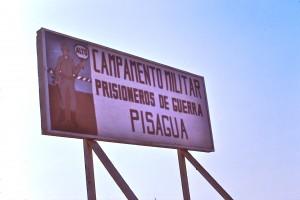 """Panneau à l'entrée du camp de Pisagua :  la mention """"prisioneros de guerra"""" est là pour justifier les tribunaux militaires et leurs parodies de procès suivies d'exécutions (Photo Miguel Herberg, 30 janvier 1974)."""