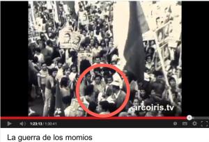 Miguel Herberg, casque audio sur la tête et micro à la main. Manifestation de l'Union populaire à la veille des élections du 4 mars 1973. Film Der Krieg der Mumien (La guerra de los momios, 1974).